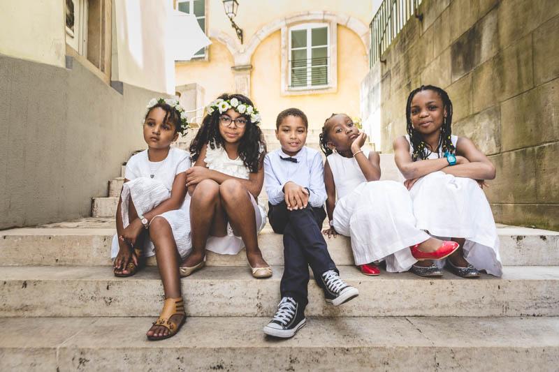 les enfants posent naturellement devant le photographe au luxembourg