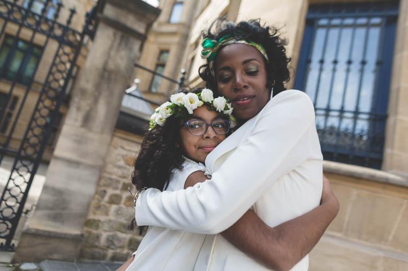la mariée serre sa fille dans les bras