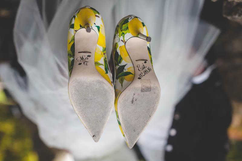 gros plan sur les chaussures fun de la mariée