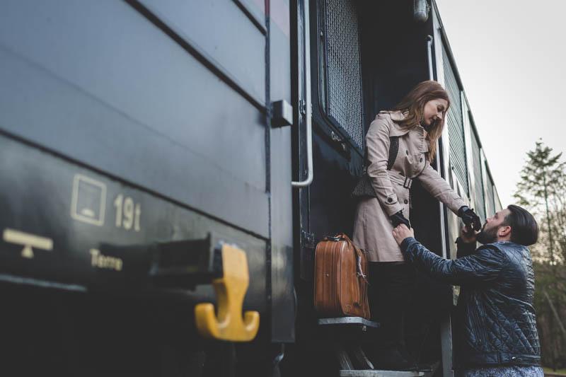 les amoureux se disent adieu alors que le train s'apprete à partir