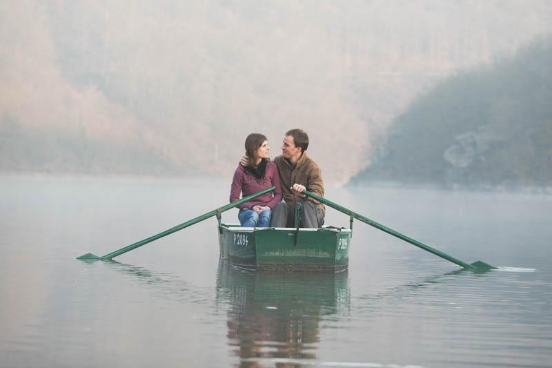 couple complice sur une barque en bois