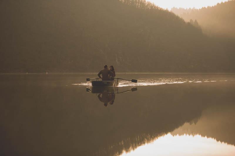 en barque sur la rivière