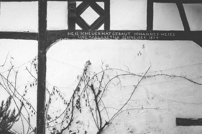04 inscription dans le mur de la maison