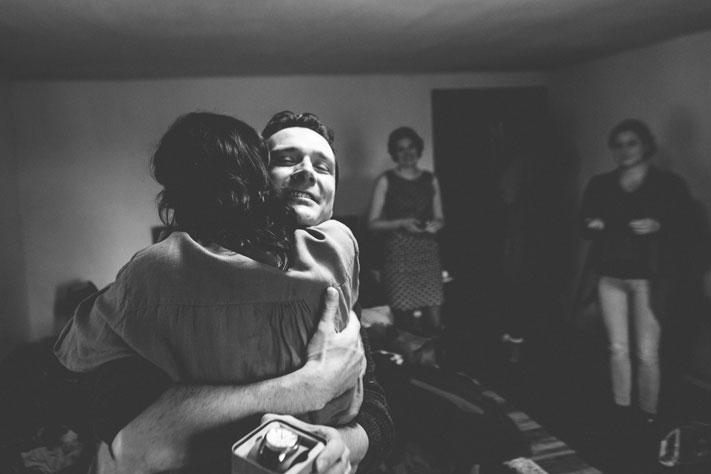 11 la mariée prend son frère en pleur dans ses bras