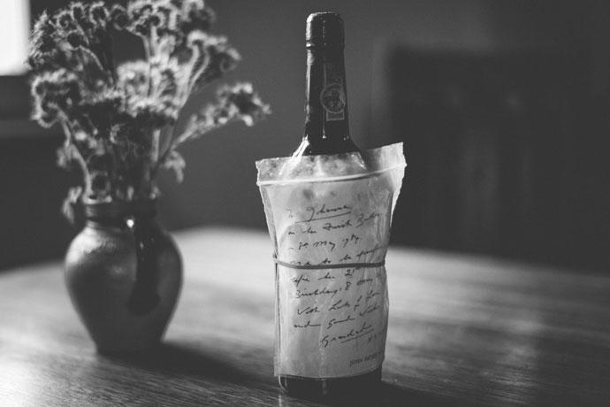 14 une bouteille de vin avec un message attaché
