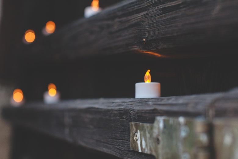 33 des bougies sont parsemées dans le jardin