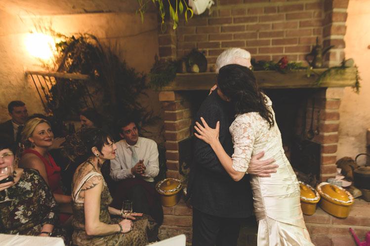 36 on s'embrasse sous la chaleur du feu de cheminée