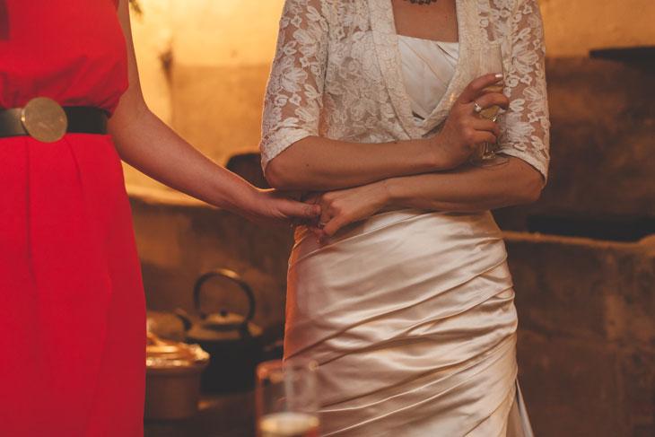 38 la mariée tient la main de son amie