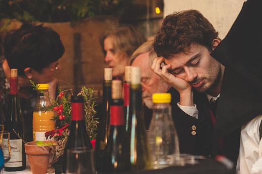 40 un invité du mariage s'endort à table
