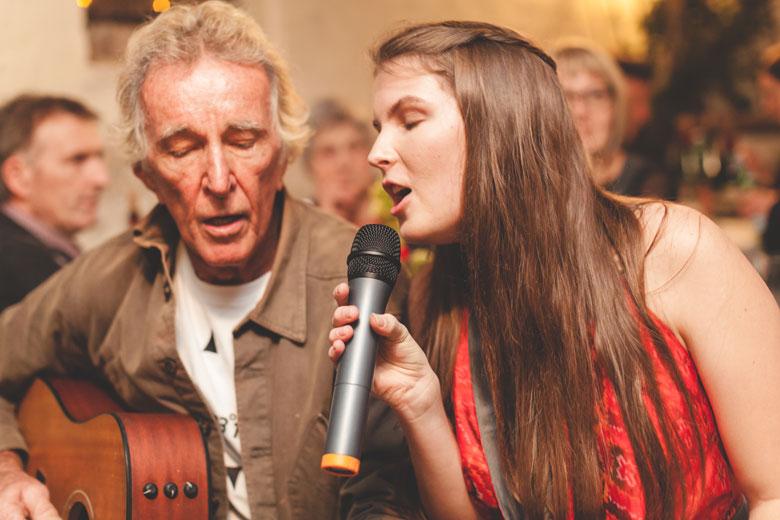 43 la cousine de la mariée chante accompagnée à la guitare