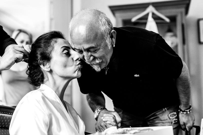 a mariée embrasse un parent