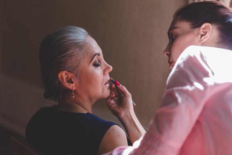 la maman de la mariée se fait maquiller