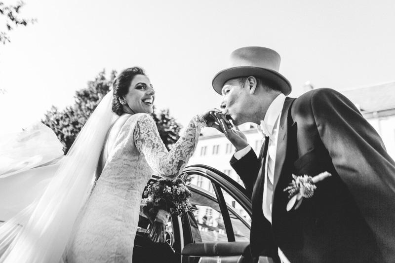 un homme embrasse une femme sur la main