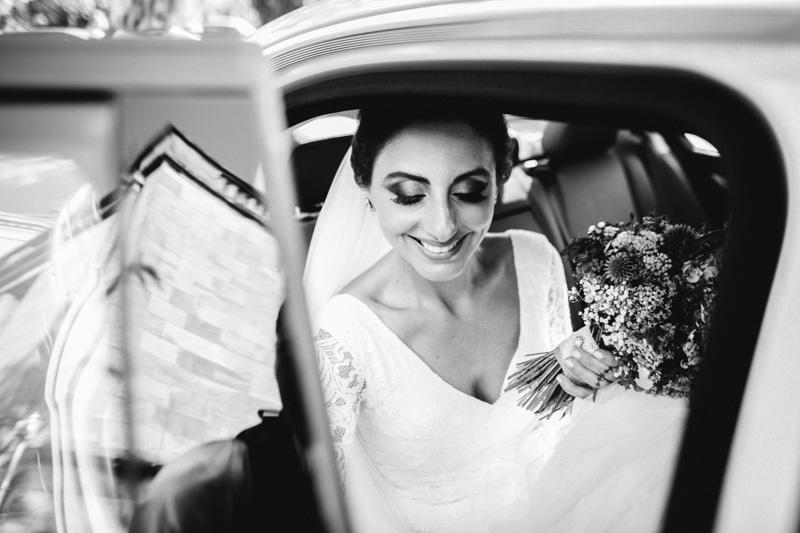 la mariée monte dans la voiture
