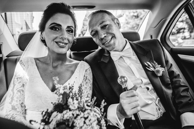 couple de mariés dans leur voiture mercedes
