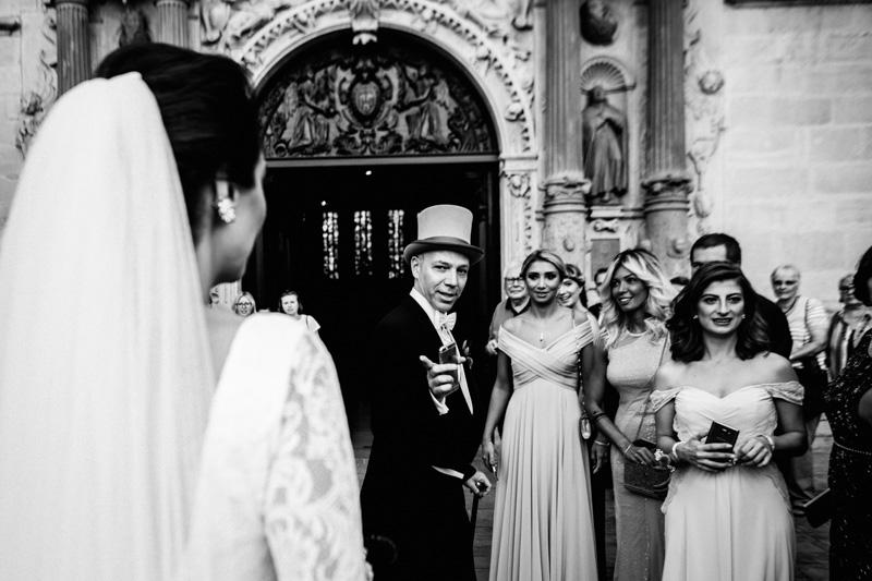 les mariés et leurs invités à l'église