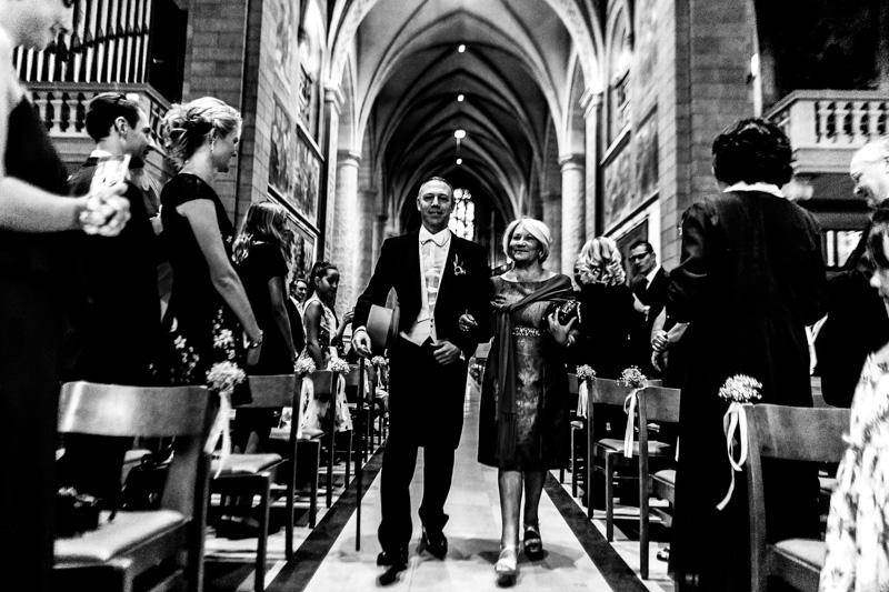 le marié arrive au bras de sa maman