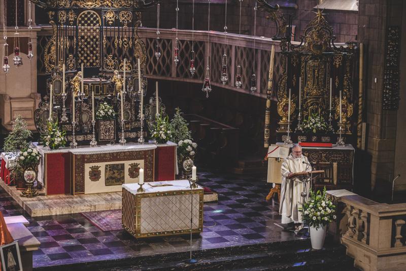 le prêtre célèbre la messe à notre dame de luxembourg
