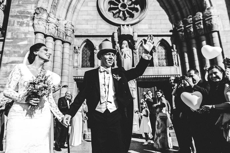 les mariés saluent la foule au luxembourg