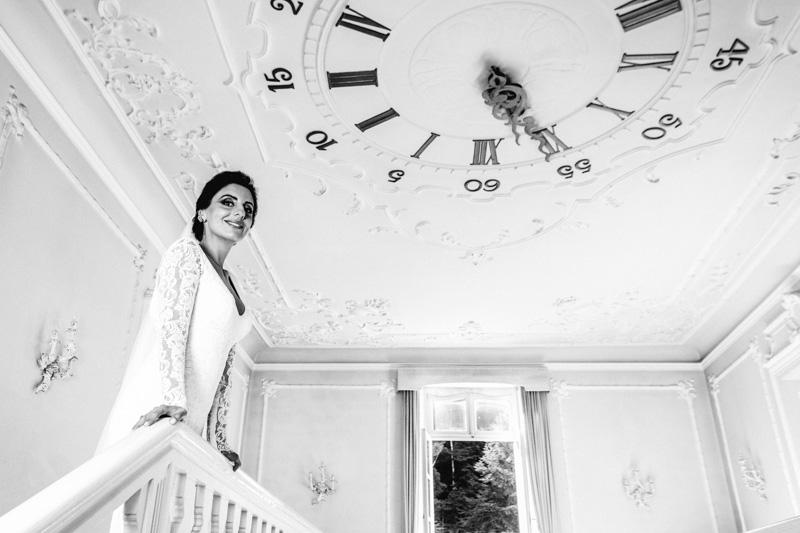la mariée pose devant le photographe