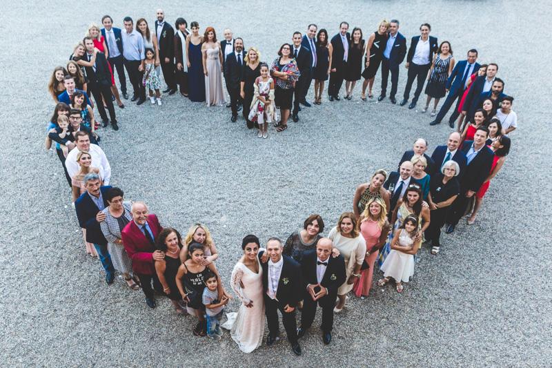 photo de groupe en forme de coeur lors d'un mariage