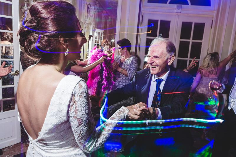 la mariée danse avec son grand père