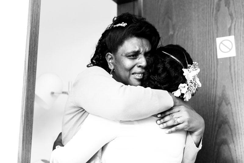 deux femmes se serrent dans les bras