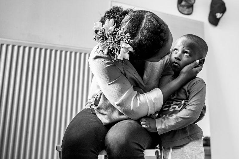la mariée embrasse son fils