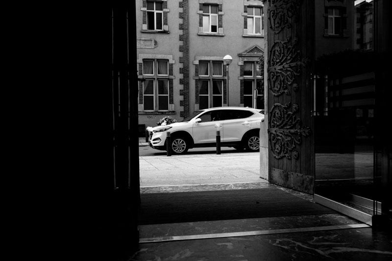la voiture de la mariée arrive devant l'église