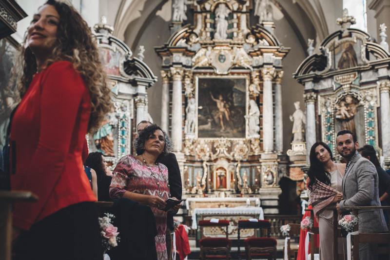 20 à l'intérieur de l'église les invités attendent