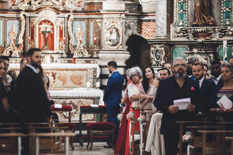 22 le marié attend sa future femme à l'autel de l'église