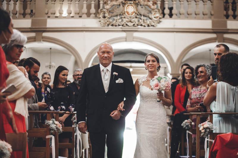 24 la mariée arrive à l'église au bras de son papa