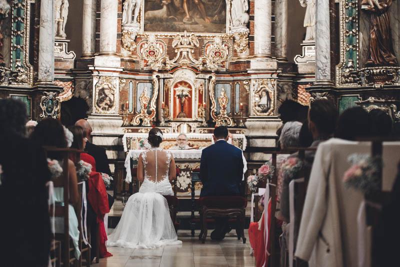 27 les mariés face à l'autel de l'église