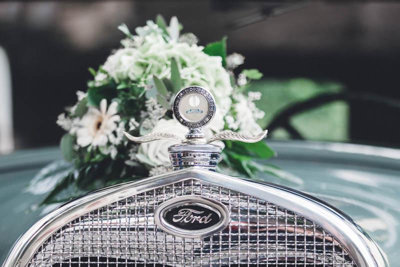 35 bouquet de fleur sur le capot d'une voiture ancienne