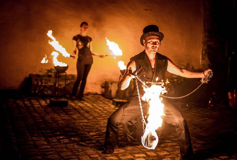 65 jongleur avec du feu au chateau de bourlingster