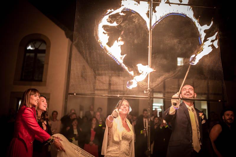 67 les mariés allument le coeur de feu