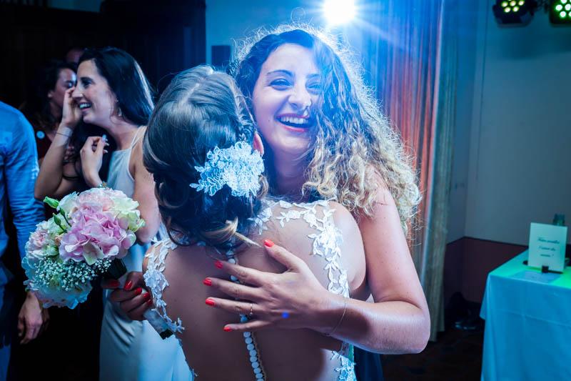70 femme heureuse d'avoir attrapé le bouquet de la mariée