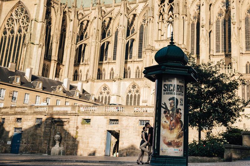 007 couple fiançés posent devant la cathédrale de metz