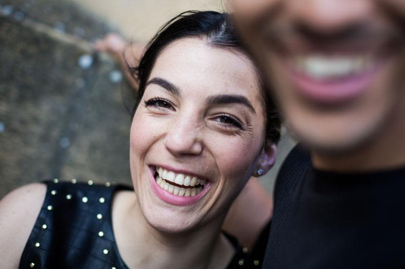 une femme et un homme rient de manière histérique