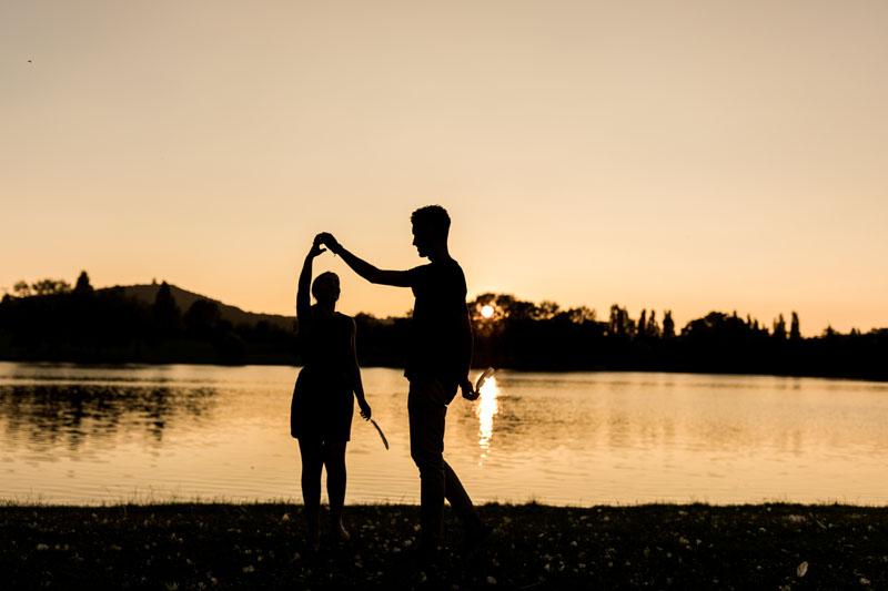 couple danse au coucher du Soleil