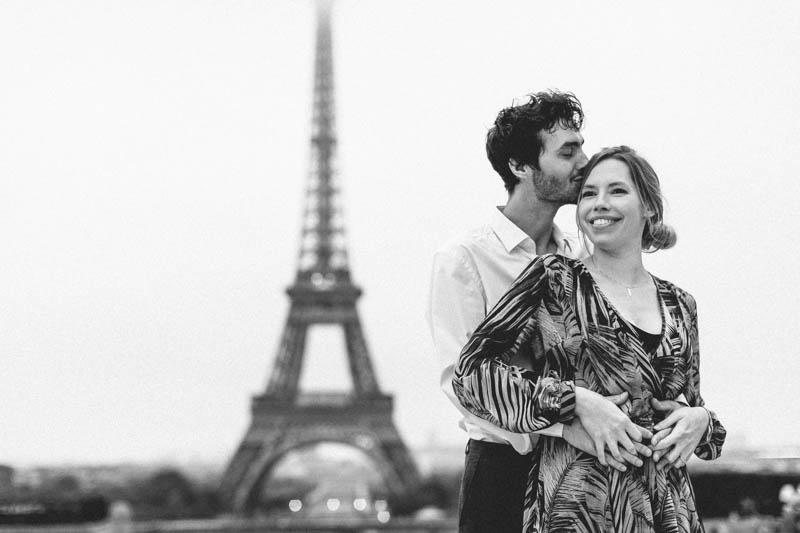 couple s'enlasse devant la tour Eiffel