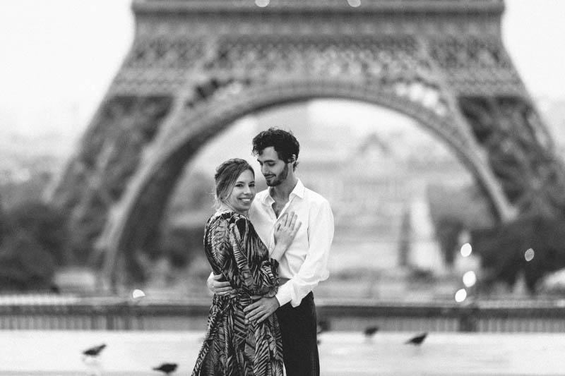 séance fiançailles en noir et blanc à Paris