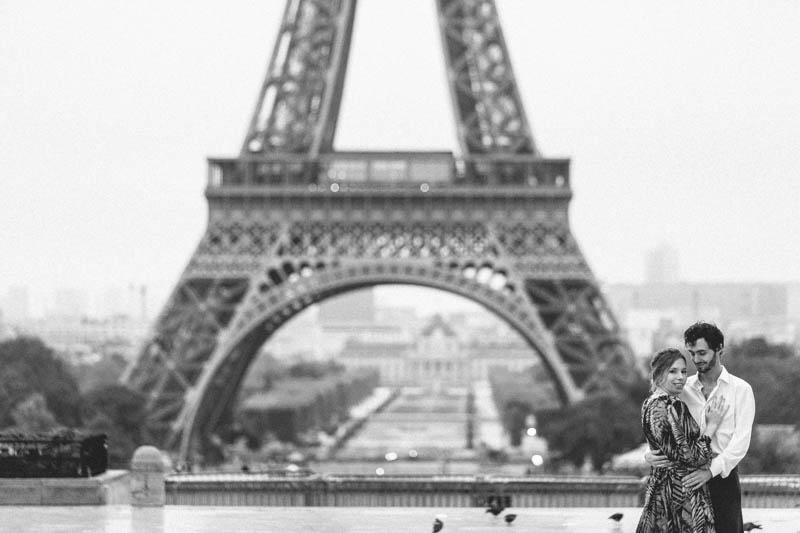 couple qui pose devant la tour Eiffel