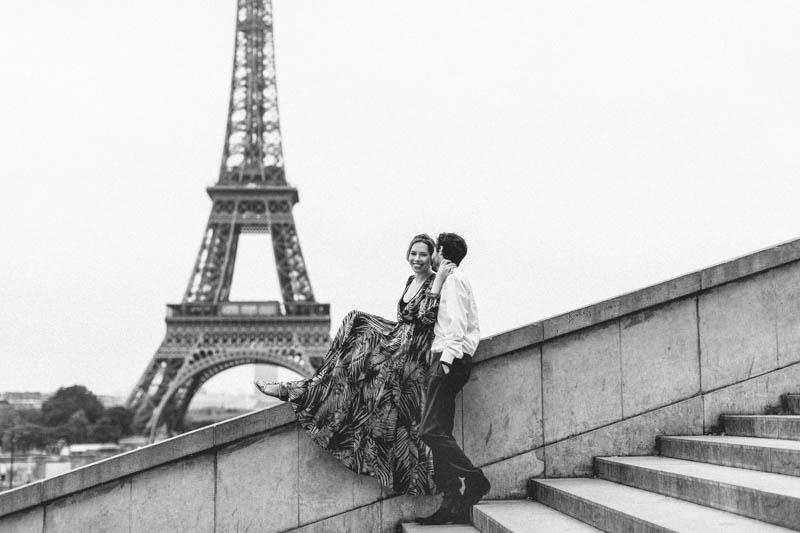 couple assis devant la tour Eiffel