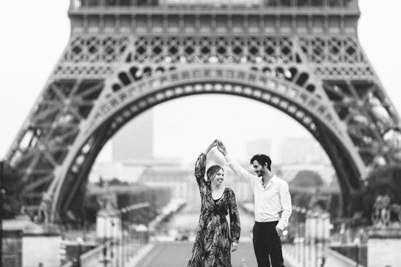 couple dansant devant la tour Eiffel