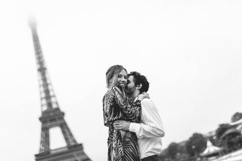 couple heureux à Paris