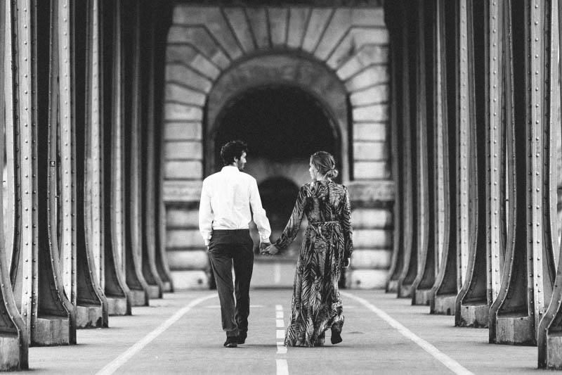 couple marchant sous le pont de Bir Hakeim