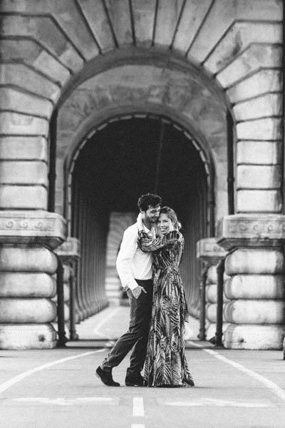 couple s'embrassant au pont de Bir Hakeim