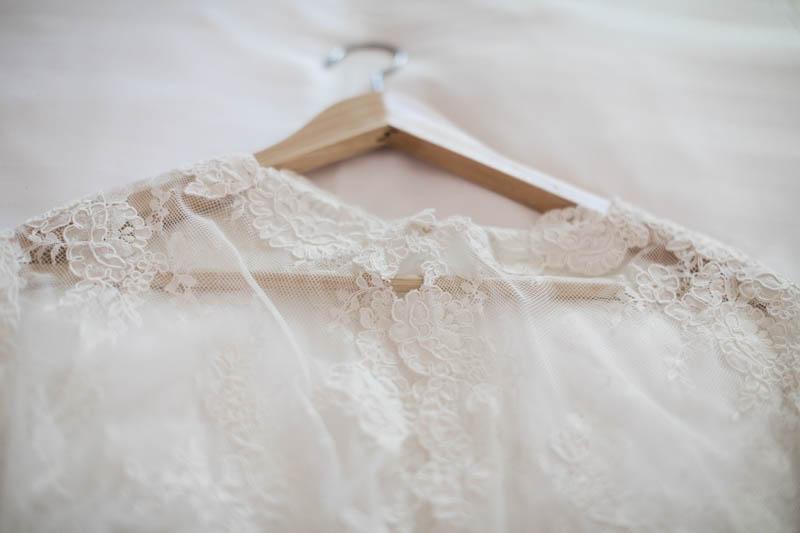 la robe de mariée sur son cintre