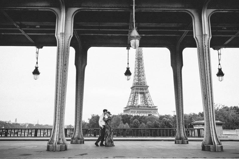 couple posant sous le pont de Bir Hakeim devant la tour eiffel